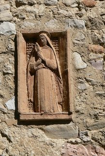 Klara von Assisi, Relief San Damiano/Assisi, Quelle: Wolfgang Sauber, wikimedia commons; Lizenz: https://creativecommons.org/licenses/by-sa/3.0/deed.en; Originaldatei: https://commons.wikimedia.org/wiki/File:Assisi_San_Damiano_-_Klara_Relief.jpg